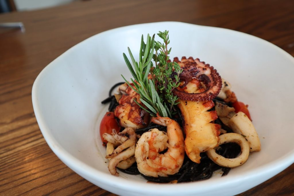 Black ink Spaghetti seafood (Galician octopus, prawn, rosemary) 690バーツ