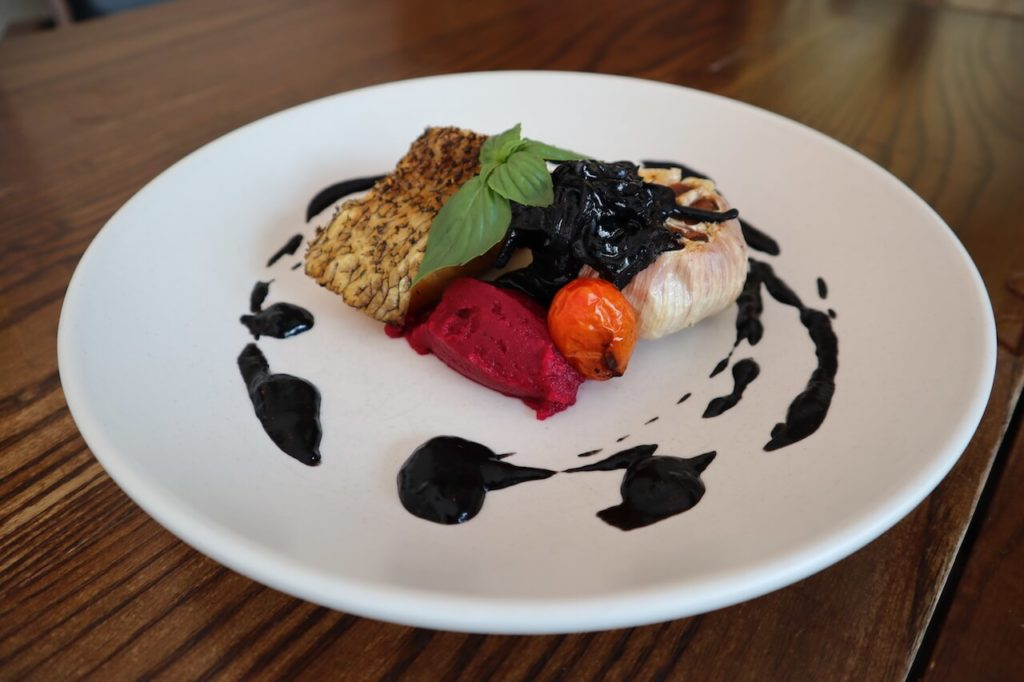 Snow fish with baked garlic (Beetroot mash, baked garlic, squid ink sauce) 890バーツ